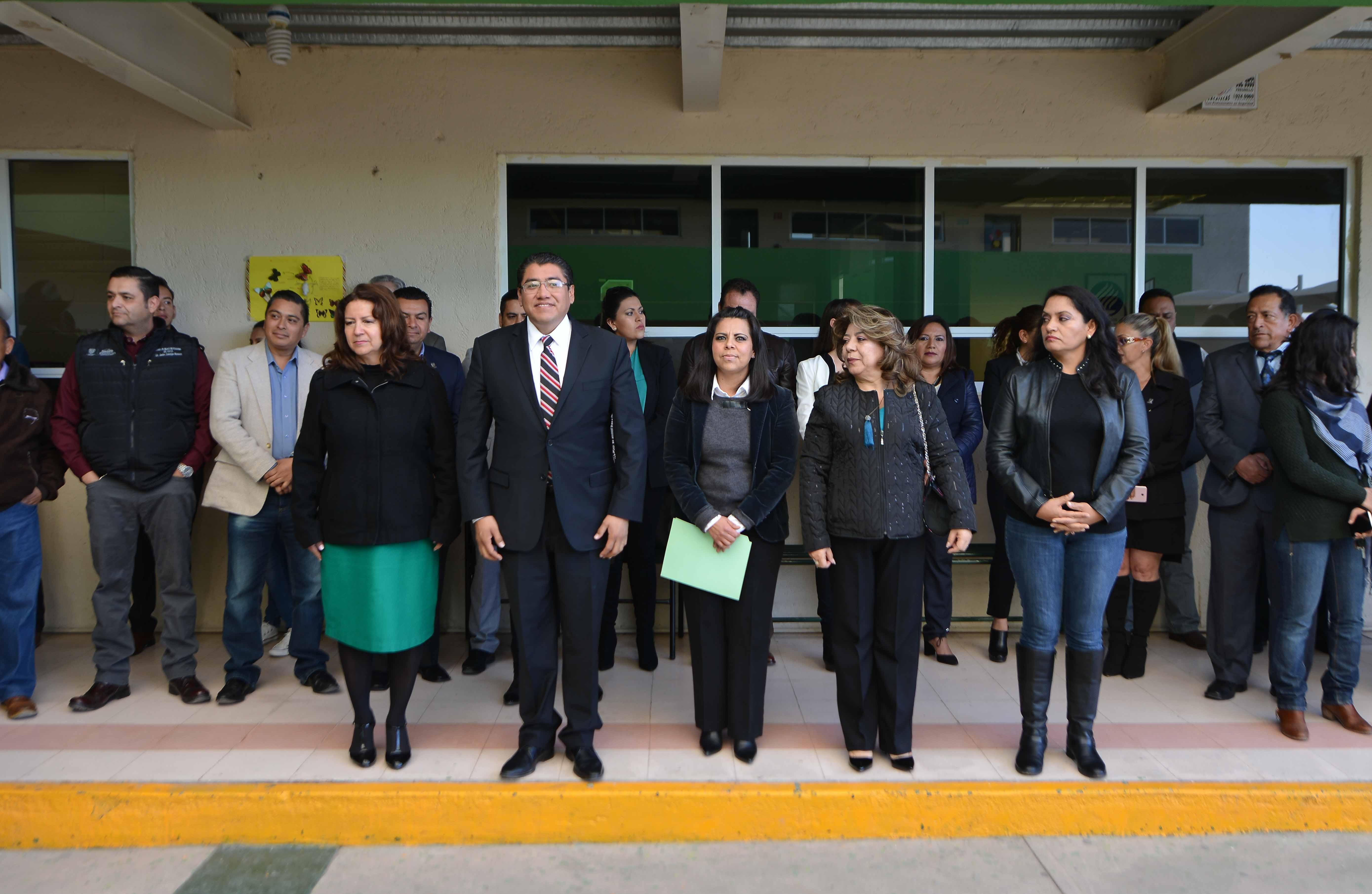 VISITA SAUL MONREAL INSTITUTO ALFRED NOBEL EN EL SALUDO A LA BANDERA