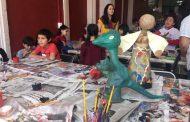 Zacatecas, Zac.- A lo largo de una semana, 400 niños, jóvenes y adultos, que participaron en los 18 talleres de sensibilización artesanal de la Secretaría de Economía, experimentaron de manera vivencial el proceso de elaboración, bajo la dirección de maestros orfebres zacatecanos de diversas ramas.   La Subsecretaria de Desarrollo Artesanal de la Secretaría de Economía, Rosy Campos Álvarez, explicó que estas actividades están diseñadas para que los participantes tengan un acercamiento al proceso artesanal con el trabajo propio. En esta edición abordaron ocho ramas artesanales en tres sedes: antigua Casa de la Artesanía en el centro de Zacatecas; en el municipio de Guadalupe, en la Casa Grande de la comunidad de Tacoaleche y en el Centro Platero.