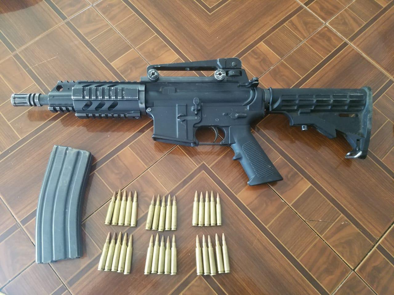 Detencion de una persona a quien se le encontro envuelta en su chamarra un arma de fuego cal. 223mm abastecida con un cargador con 30 cartuchos utiles.