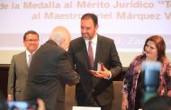 RECIBE URIEL MÁRQUEZ MEDALLA AL MÉRITO JURÍDICO TOMÁS TORRES, POR SU APORTACIÓN AL DERECHO