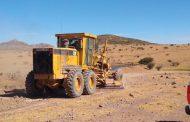 Continúa la rehabilitación de caminos en el municipio de Sombrerete.