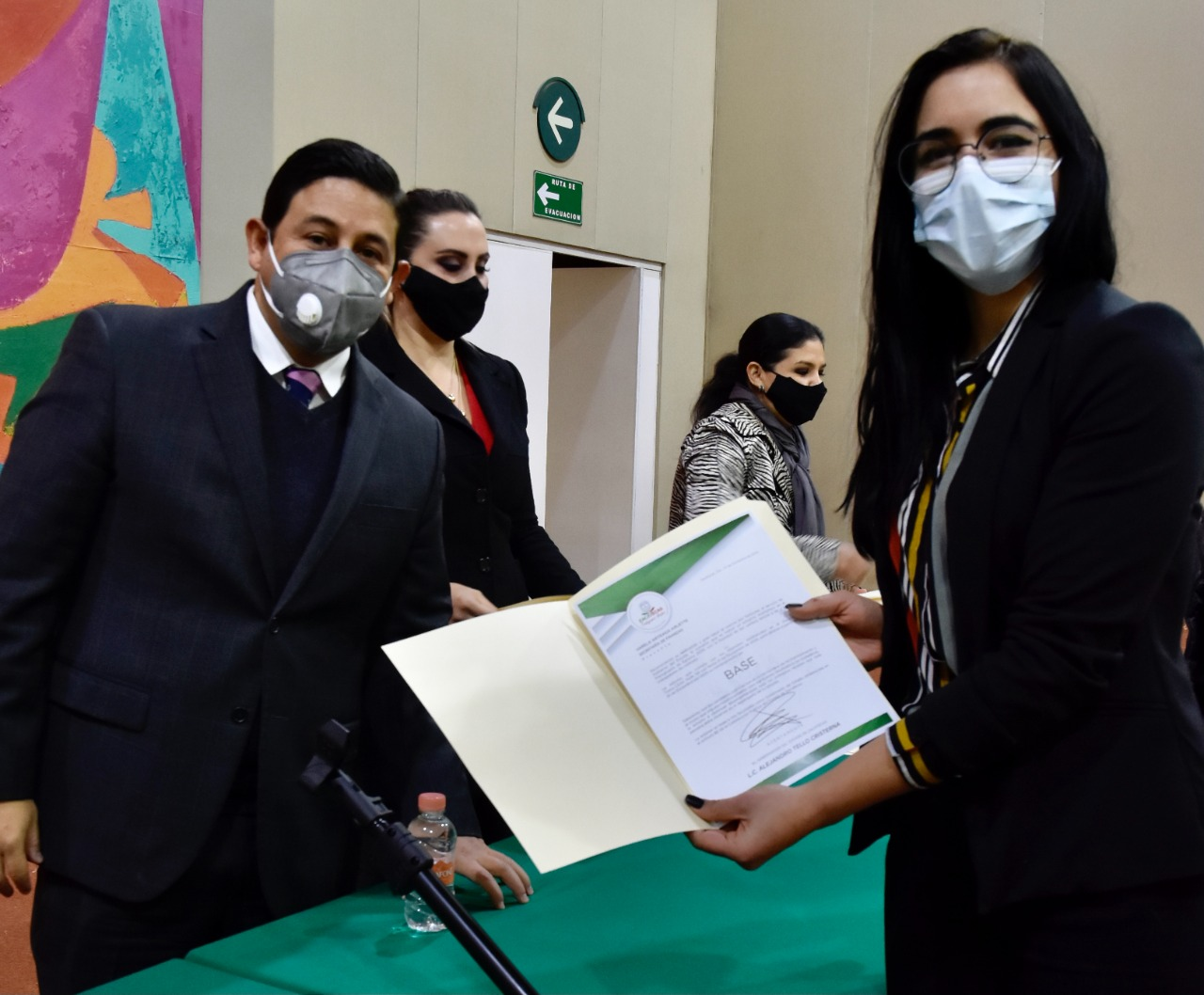 ENTREGA JORGE MIRANDA 60 BASES LABORALES A TRABAJADORES DE LA SEFIN A NOMBRE DEL GOBERNADOR